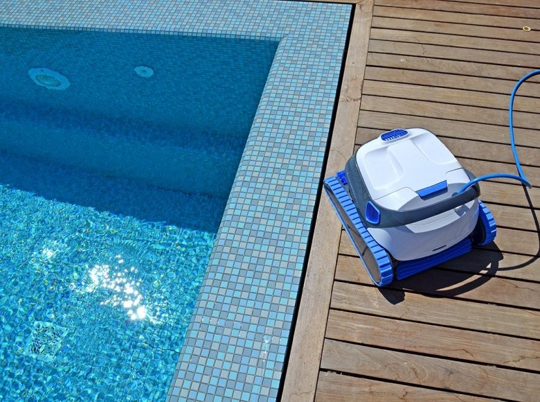 Comparison of swimming pool robots Dolphin S200 and S300i Smart