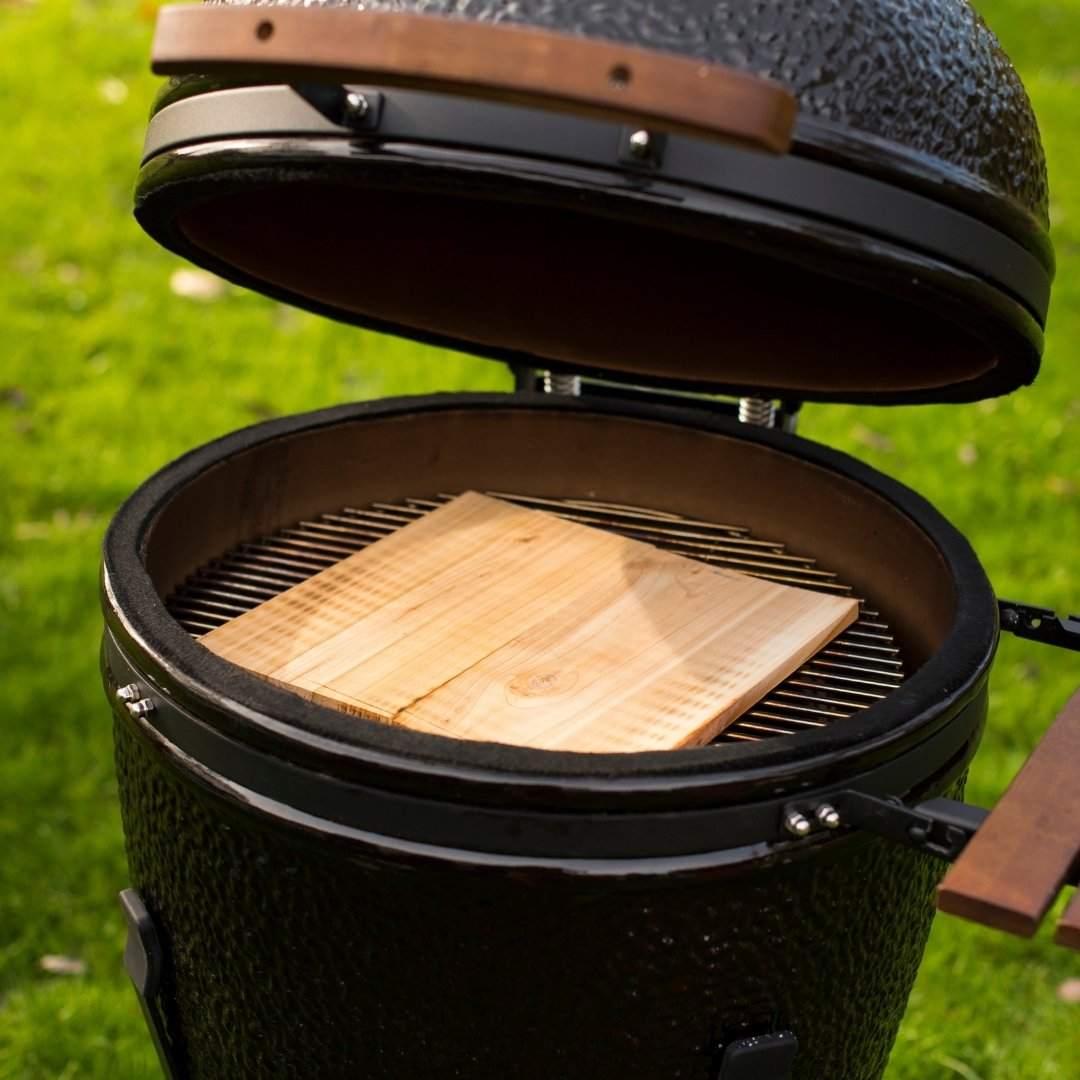 Charcoal barbecue with ceramic bowl and lid