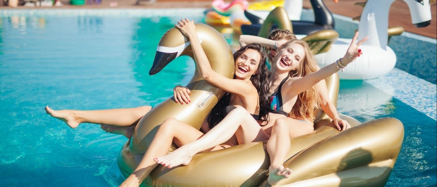 7 swimming pool accessories for your pool party