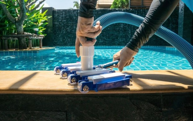 Manual pool vacuum cleaners